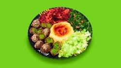 Falafel cu hummus și salate la farfurie image
