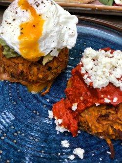 Double rosti de cartofi dulci cu muhammara de ardei copti si feta + guacamole cu ou posta image