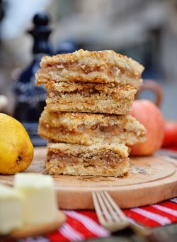 Prăjitură de casă cu mere și pere image