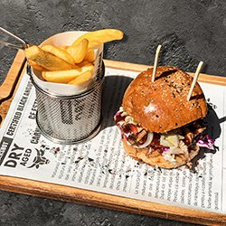 Chicken Burger și cartofi prăjiți image
