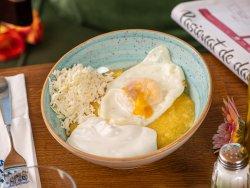 Mămăligă cu ou, brânză și smântână