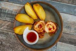 Ruladă salzburg servită cu garnitură de cartofi aurii  image