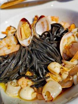 Chitarrine nero di sepia con frutti di mare image