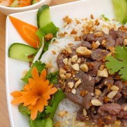 Bún bò Nam Bộ /Salată din sudul Vietnamului cu noodles și vită  image