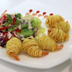Tôm cuốn khoai tây / Creveți inveliți în cartofi cu sos și salată   image