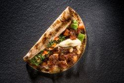 Kebab de pui cu hummus și tabouleh image