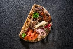 Kebab de curcan cu vită, sos de vinete și rodii image