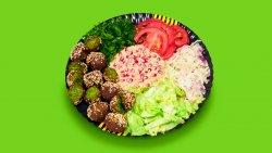 Falafel cu salată de vinete și rodii la farfurie image