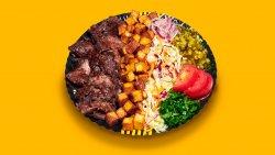 Kebab clasic de vită și curcan cu salate la farfurie image