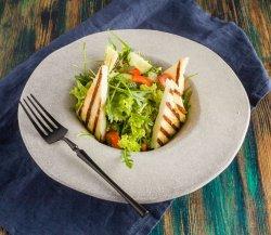 Salată sara cu brânză halloumi image