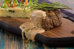 Mușchi de vită cu sos de piper și cartofi zbrobiți