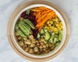 Salată mixtă cu avocado și năut