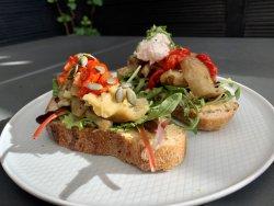 Tartină cu hummus și legume coapte