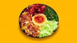 Kebab de pui cu hummus și salate la farfurie image