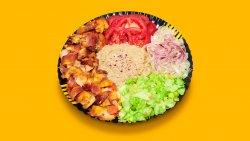 Kebab de pui cu salată de vinete la farfurie image