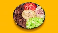 Kebab de vită și curcan, salată de vinete la farfurie image