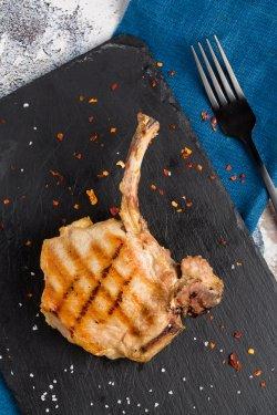 Cotlet de porc cu os, la grătar image