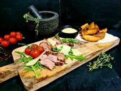 Tagliata din ceafă de porc, scalie de horezu, sos de muștar cu miere și cartofi cu pătrunjel image