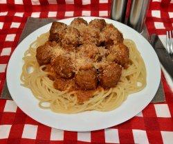 Chifteluțe de pui în sos pesto roșu cu spaghete