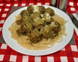 Chifteluțe de pui în sos pesto verde cu spaghete