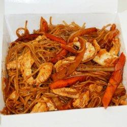 Tăiței de orez prăjiți cu pui image