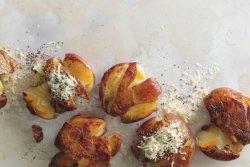 Cartofi apăsați la grătar cu brânză și ceapă verde