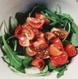Salată de rucola cu roșii cherry