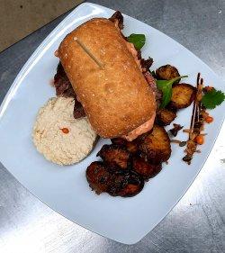 Steak de vită în ciabatta cu gorgonzola, salată de țelină și cartofi wedges image
