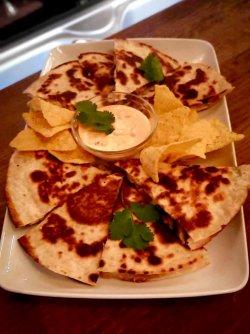 Tortilla cu pui și ciuperci, nachos și sos chipotle image