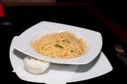 Spaghetti aglio oglio e pepperoncino image