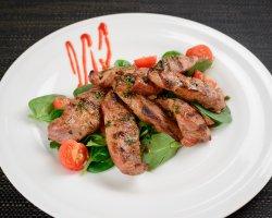 Mușchiuleț de porc la grătar, pe pat de salată mixtă