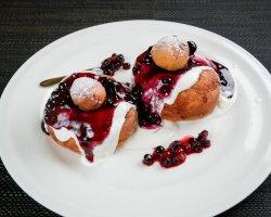 Papanași pufoși de casă cu dulceață și smântână image