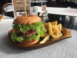 Hamburger cu cartofi prajiti/chipsuri image