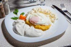Mămăliguță cu brânză, smântână și ou image