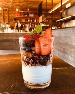 Granola facută în casă, cu iaurt grecesc și fructe proaspete