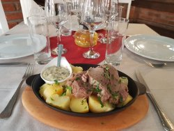 Carne fiartă de vițel cu cartofi fierți și sos la alegere image