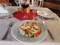 Ruladă de curcan cu sos gorgonzola și garnitură de orez cu legume image