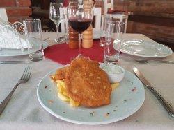 Șnițel Cuina de pui cu cartofi prăjiți și sos remoulade image