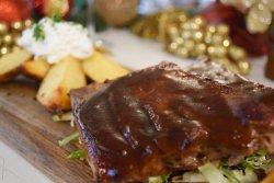 Coaste de porc cu sos barbeque și cartofi aurii image