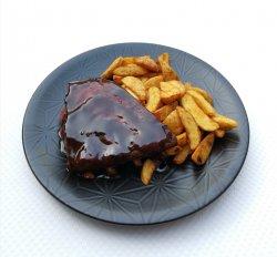 Costițe de porc marinate cu sos bbq și cartofi wedges