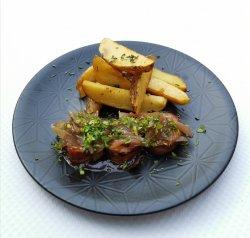 Muschi de porc învelit în bacon cu ceapă caramelizată și cartofi cu rozmarin