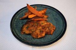 Piept de curcan în crustă parmezan cu cartofi dulci copți