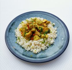 Pui cu curry și orez alb