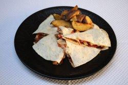 Quesardilia de pui cu cartofi cu rozmarin