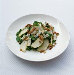 Salată cu gorgonzola, măr și nucă