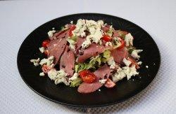 Salată cu piept de rață afumată și brânză de capră