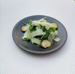 Salată de spanac cu ciuperci umplute