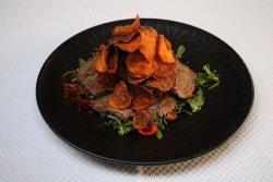Tagliata de vită cu cipsuri de cartofi dulci