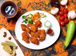 Aripioare de pui crocante cu sos de usturoi și sos dulce-acrișor