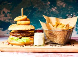 Cheeseburger de vită cu cartofi prăjiți